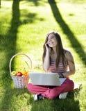 Молодая женщина с компьтер-книжкой Стоковая Фотография