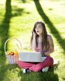 Молодая женщина с компьтер-книжкой Стоковое фото RF