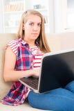Молодая женщина с компьтер-книжкой стоковые фотографии rf