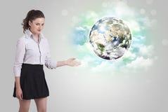 Молодая женщина с концепцией земли и облака Стоковое Фото