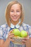 Молодая женщина с корзиной зеленых яблок стоковое фото rf