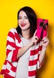 Молодая женщина с коробкой подарка Стоковое Фото