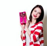 Молодая женщина с коробкой подарка Стоковое фото RF