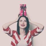 Молодая женщина с коробкой подарка Стоковые Фото