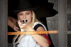 Молодая женщина с корокоствольным оружием стоковое изображение rf