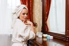 Молодая женщина с косметической сливк. Стоковые Фотографии RF