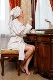 Молодая женщина с косметической сливк. Стоковое фото RF