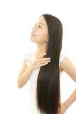 Молодая женщина с красивыми волосами стоковые изображения rf