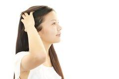Молодая женщина с красивыми волосами стоковое изображение rf