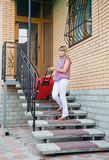 Молодая женщина с красным чемоданом Стоковое Фото