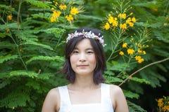 Молодая женщина с кроной цветков стоковое фото rf