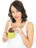 Молодая женщина с кружкой чая и печенья Стоковая Фотография
