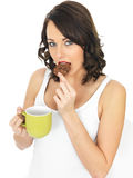 Молодая женщина с кружкой чая и печенья Стоковые Фотографии RF