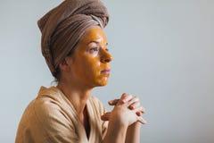 Молодая женщина с маской яичка Стоковое фото RF