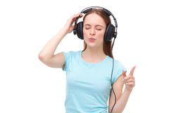 Молодая женщина с наушниками слушая к музыке и танцевать Стоковые Фото