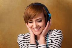 Молодая женщина с наушниками слушая к музыке с космосом экземпляра Стоковая Фотография