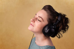 Молодая женщина с наушниками слушая к музыке с космосом экземпляра Стоковые Изображения RF