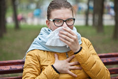Молодая женщина с носовым платком в парке Стоковые Фото
