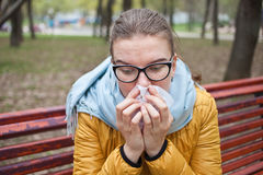 Молодая женщина с носовым платком в парке Стоковое фото RF
