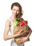 Молодая женщина с овощами и плодоовощами в хозяйственной сумке Стоковое Изображение