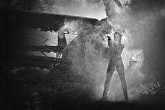 Молодая женщина с оружием Стоковые Фото