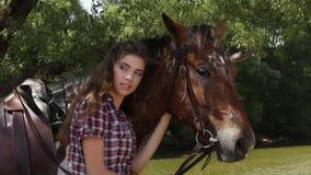 Молодая женщина с лошадью сток-видео