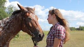 Молодая женщина с лошадью видеоматериал