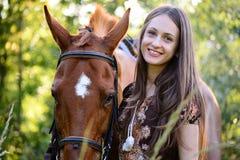 Молодая женщина с лошадью Стоковое Изображение RF