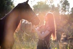 Молодая женщина с лошадью Стоковые Фотографии RF