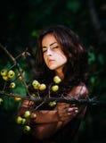 Молодая женщина с одичалыми яблоками Стоковые Фото