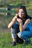 Молодая женщина с одуванчиком Стоковые Изображения RF
