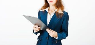 Молодая женщина с папкой в руках Стоковые Изображения RF