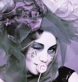 Молодая женщина с помадками стоковая фотография rf