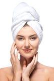 Молодая женщина с полотенцем на ее голове Стоковое Изображение
