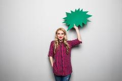 Молодая женщина с пузырем речи на серой предпосылке Стоковые Фото