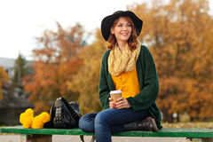 Молодая женщина с пуком желтых цветков Стоковая Фотография RF