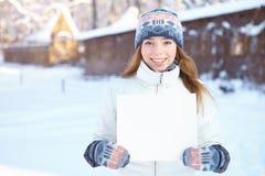 Молодая женщина с пустым знаменем. Зима. Стоковая Фотография