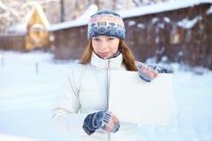Молодая женщина с пустым знаменем. Зима. Стоковое Изображение RF