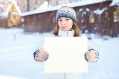 Молодая женщина с пустым знаменем outdoors. Зима. Стоковая Фотография
