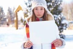 Молодая женщина с пустым знаменем outdoors. Зима. Стоковая Фотография RF
