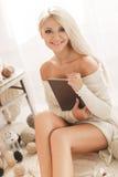 Молодая женщина с планшетом в вашей комнате стоковые изображения