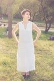Молодая женщина с платьем коротких волос нося белым linen Стоковые Изображения RF