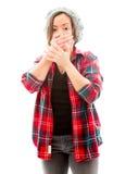 Молодая женщина с рукой над ее ртом и ударом Стоковое Фото