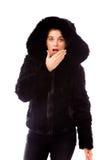 Молодая женщина с рукой над ее ртом и ударом Стоковое Изображение