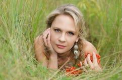 Молодая женщина с рябиной Стоковые Изображения RF