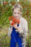 Молодая женщина с рябиной Стоковые Изображения