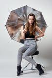 Молодая женщина с серебряным зонтиком студии стоковые фотографии rf