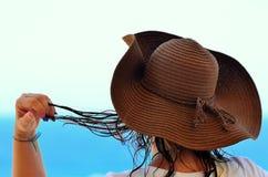 Молодая женщина с соломенной шляпой стоковые фотографии rf