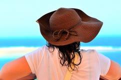 Молодая женщина с соломенной шляпой стоковые изображения