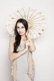 Молодая женщина с старым китайским зонтиком Стоковые Изображения RF